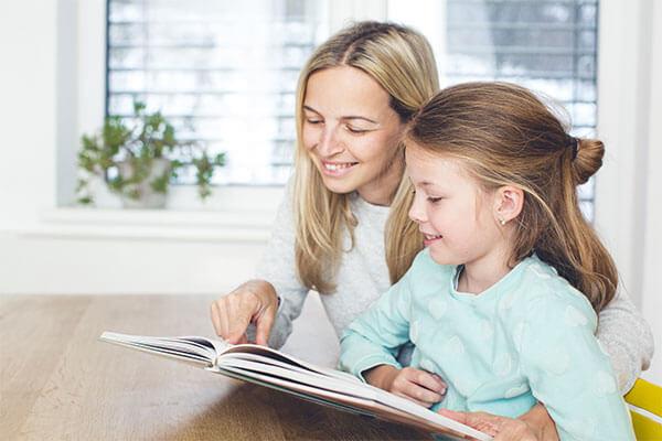 Nanny mit Kind beim lesen - Lampentasche Nanny Agentur und Vermittlung für den Raum Zürich und die ganze Schweiz